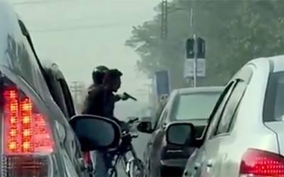 لاہور کی سڑکوں پر دن دہاڑے ڈکیتی،شہری محفوظ نہ رہے