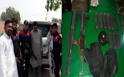 شفیق آباد میں مشکوک گاڑی سے اسلحہ برآمد، 3 ملزمان گرفتار