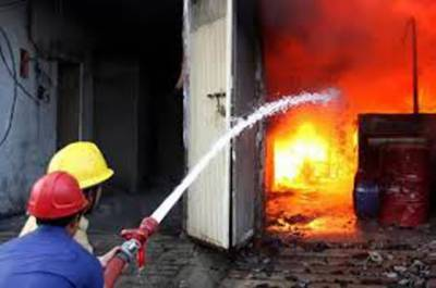 لاہور کے معروف روڈ پر واقع پلازہ میں آگ لگ گئی