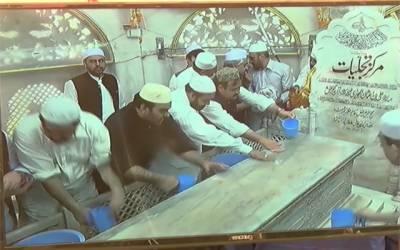 حضرت داتا گنج بخشؒ کے مزار کو 5 من عرق گلاب سے غسل دیا گیا