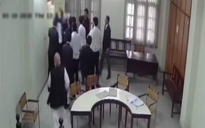 وکلاء کا پولیس افسر پر بیہمانہ تشدد