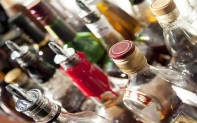 پولیس نے غیر ملکی باشندے کو دھر لیا، سینکڑوں بوتلیں شراب برامد