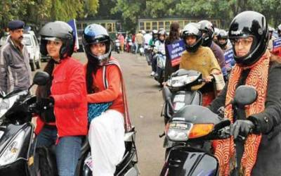 موٹرسائیکل سوار خواتین کوحادثات سے بچانے کیلئے ٹریفک پولیس کی اہم کاوش