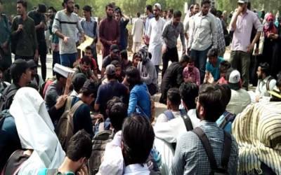 داخلے نہ بھیجنے پر طلبا سراپا احتجاج
