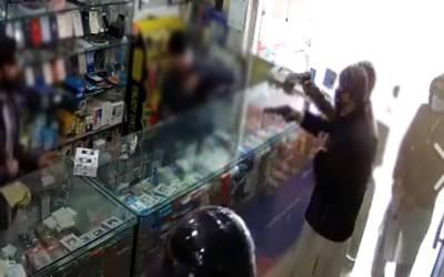 موبائل شاپ میں ڈکیتی کی واردات، ڈاکووں کی فائرنگ سے باپ بیٹا زخمی