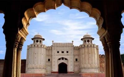 شاہی قلعہ کی ٹوٹی دیوار نے انتظامیہ کی کارکردگی کا پول کھول دیا