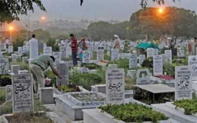 عید پر شہریوں کی اپنے پیاروں کی قبروں پر حاضری، فاتحہ خوانی