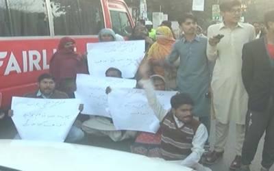 شیخوپورہ کے رہائشیوں کا پریس کلب کے باہر پولیس کے خلاف احتجاج