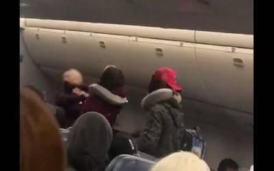 مسافر خاتون کا ایئر ہوسٹس پر حملہ، ویڈیو وائرل