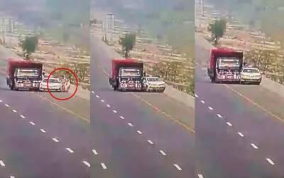 رنگ روڑ پر لوڈر ٹرک کی پولیس گاڑی کو ٹکر؛حادثے کی فوٹیج سامنے آ گئی