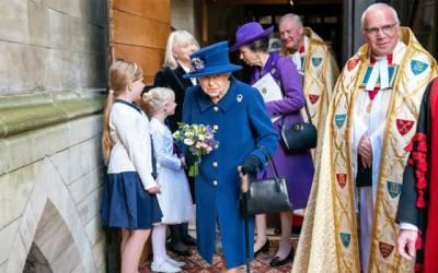 ملکہ برطانیہ چلتے ہوئے چھڑی کا سہارا لینے لگیں
